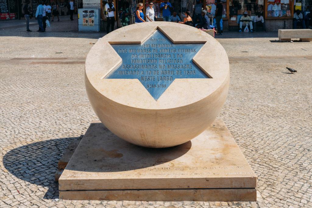 אנדרטה לקורבנות פוגרום יהודי ב- 19 באפריל 1506 בליסבון - עו