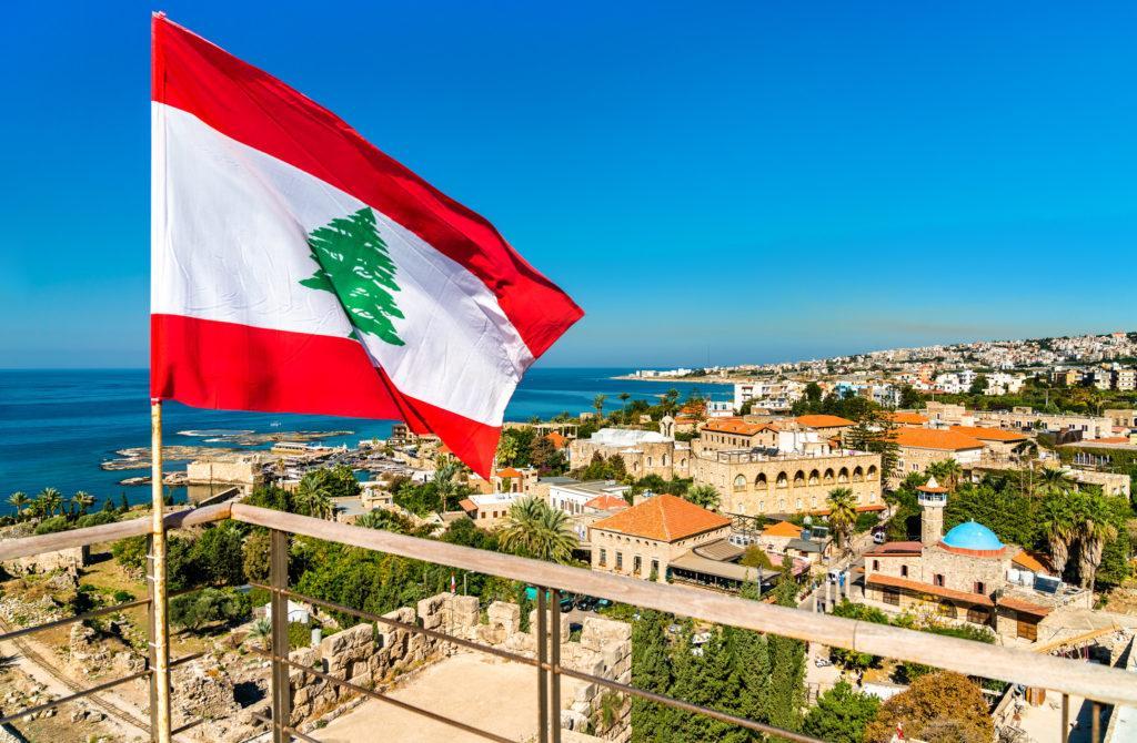 דגל לבנון ברקע נוף - עו