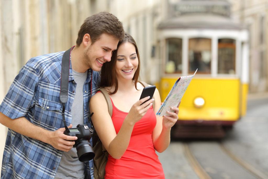 זוג תיירים בפורטוגל מנווטים בטלפון - עו